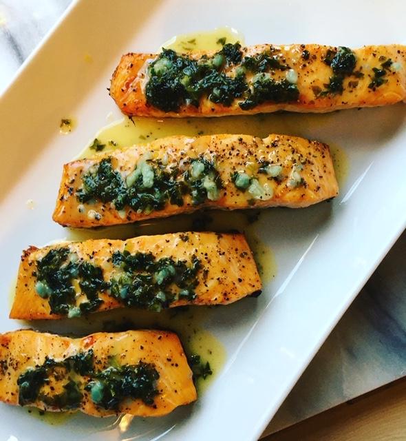 Paistettuja perunoita ja lohta sitruunavoissa