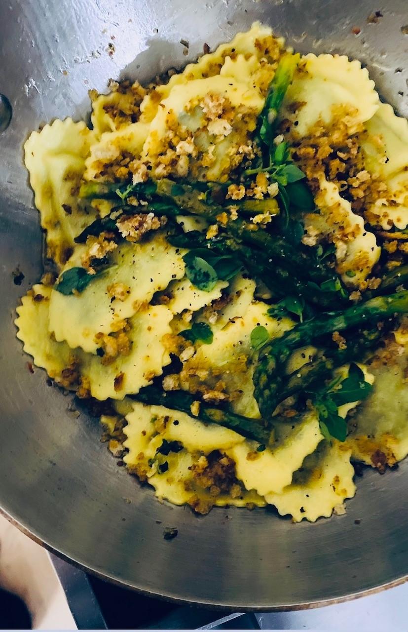 Ravioleja ja parsaa sitruunavoissa sekä reilusti köyhän miehen parmesania